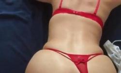 Kırmızı don giymiş kızı aradan sikti